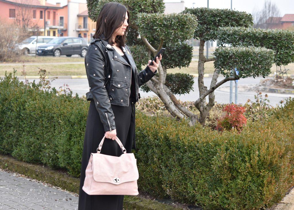 Giacca chiodo abbinata ad una borsa a mano rosa tipo postino, pantalone a palazzo nero. Collezione Primavera Estate 2018 Hand Bag 2420 Rosa