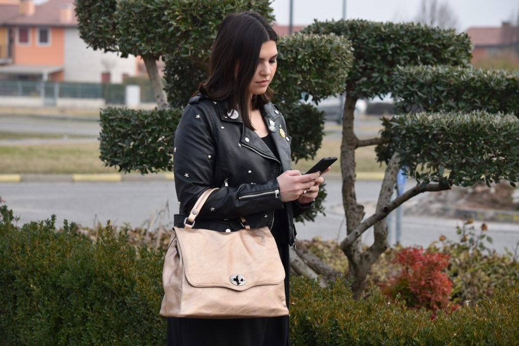 Giacca chiodo abbinata ad una borsa a mano cipria tipo postino con borchie, pantalone a palazzo nero. Collezione Primavera Estate 2018. Hand Bag 2420 Rose Gold